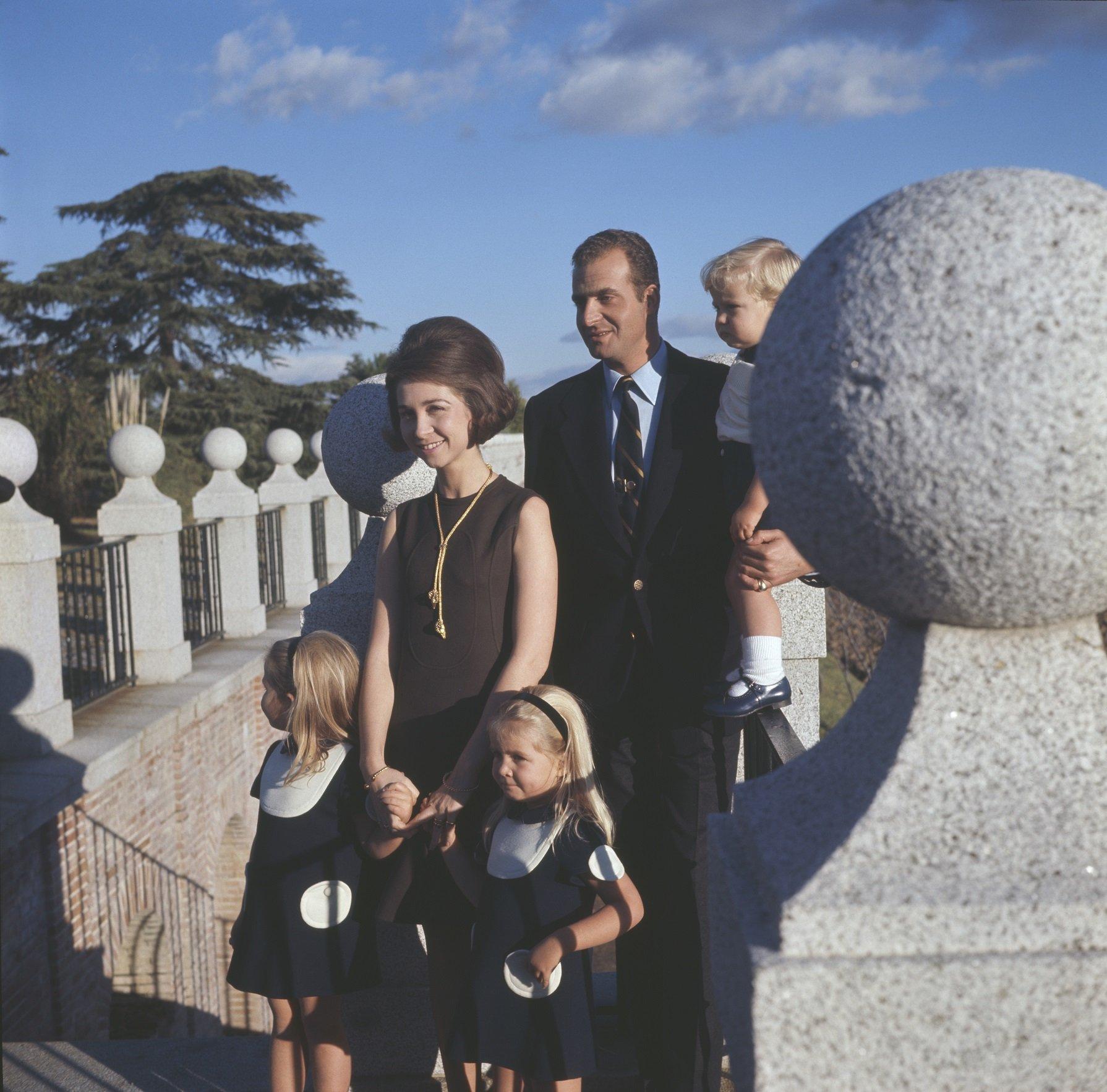 Príncipe Juan Carlos y Princesa Sofía (posteriores Rey Juan Carlos y Reina Sofía de España) con sus hijos Elena, Cristina y Felipe (posterior Rey Felipe VI de España), en 1969. || Fuente: Getty Images