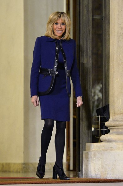 Brigitte Macron habillée d'une ensemble bleu marine   Photo : Getty Images