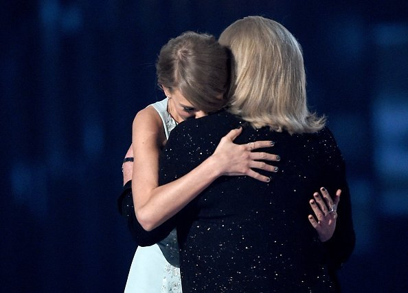 Taylor Swift accepts the 50th Anniversary Milestone Award for Youngest ACM Entertainer of the Year from her mother Andrea Finlay during the 50th Academy of Country Music Awards on April 19, 2015 | Photo: Getty Images