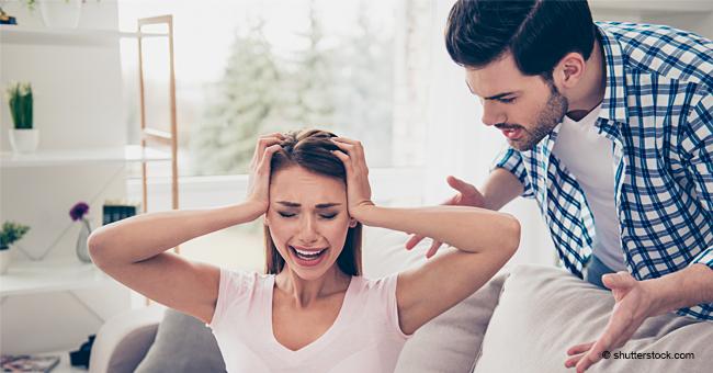 Un petit ami violent suit une fille à la maison d'une amie