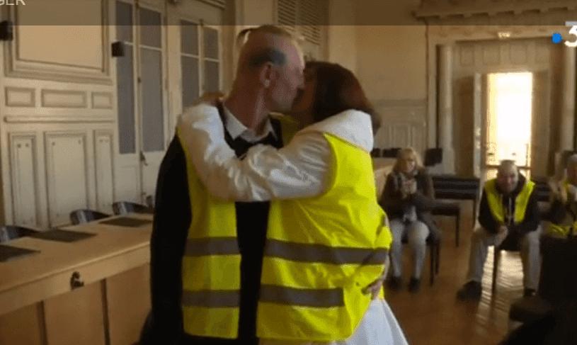 Christel et Ennrick s'embrassent à la cérémonie de leur mariage à la mairie de Montluçon, le 16 février 2019 | Photo: France 3 Auvergne