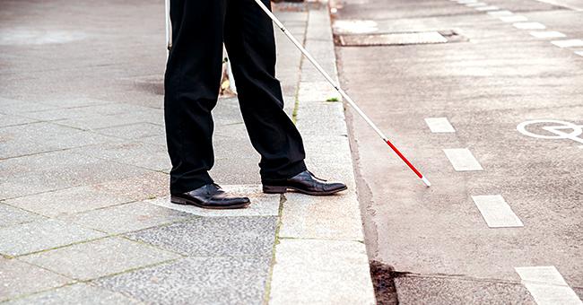 Ce conducteur gifle le guide d'un aveugle à Paris