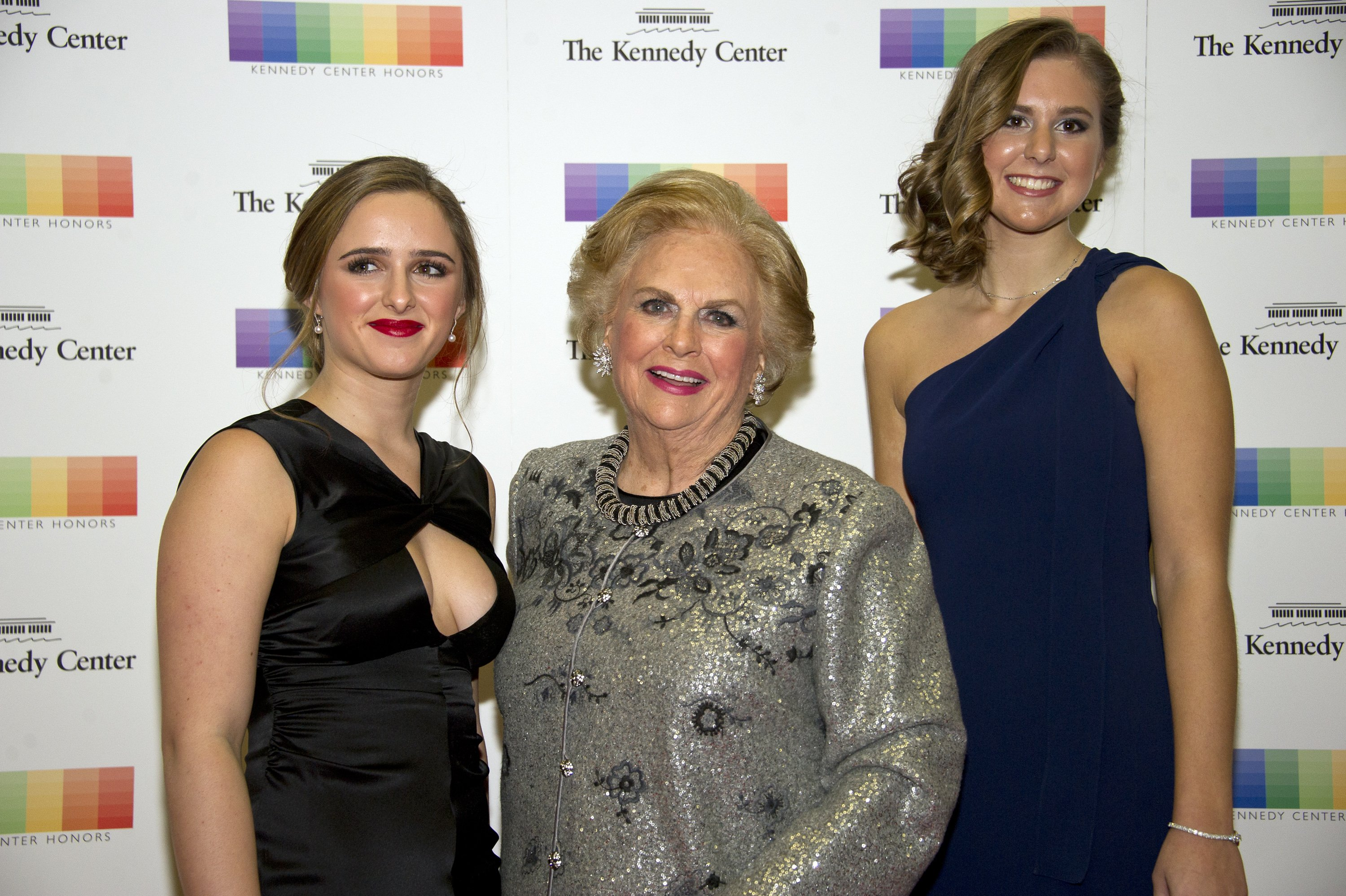 Jacqueline B. Mars and granddaughters Graysen Airth  and Katherine Burgstahle rat the Artist's Dinner honoring the recipients of the 39th Annual Kennedy Center Honors in Washington, D.C. on December 3, 2016 | Photo: GettyImages