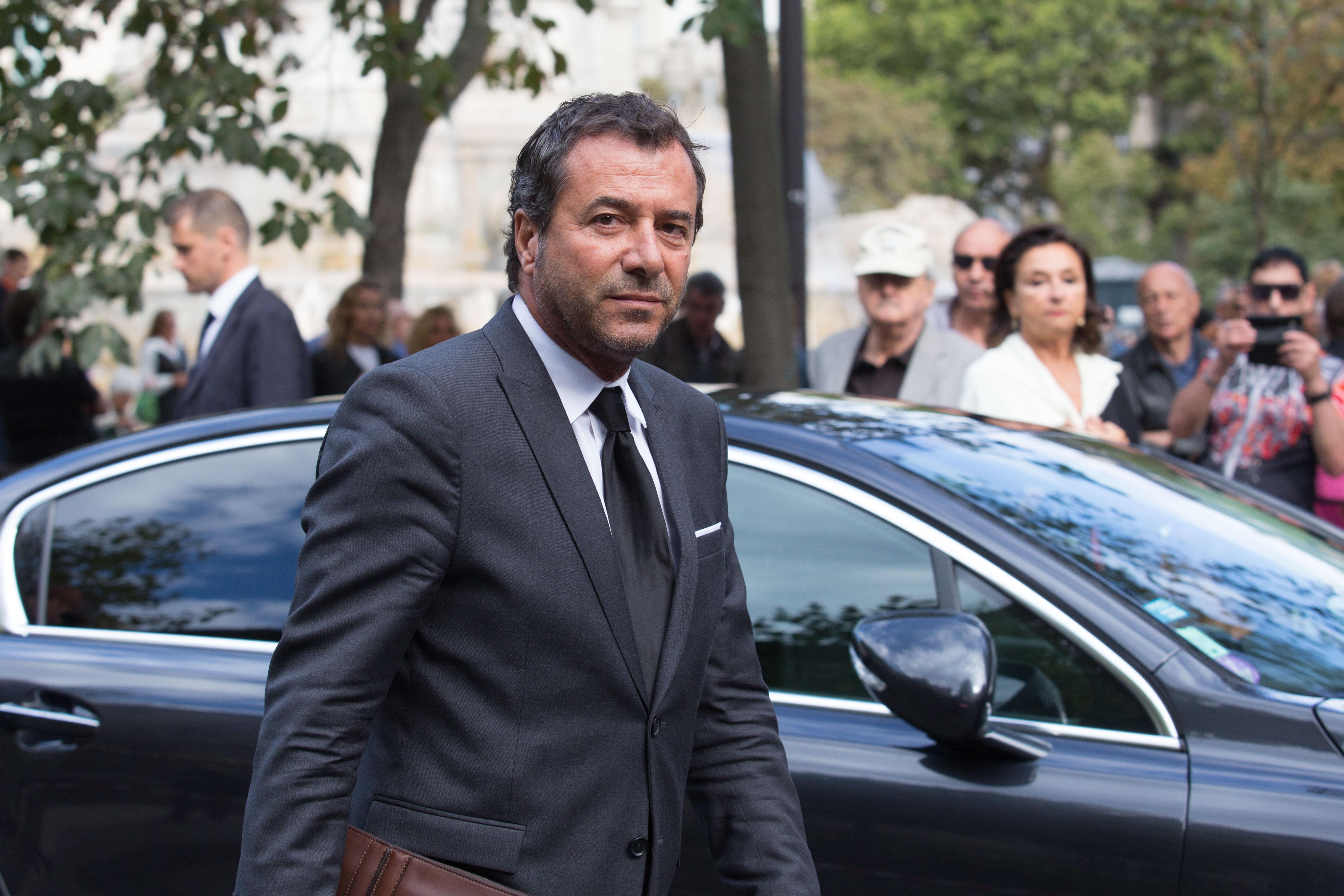 L'acteur français Bernard Montiel assiste aux funérailles de Mireille Darc à l'Eglise Saint Sulpice, septembre 2017 à Paris   Photo : Dropbox