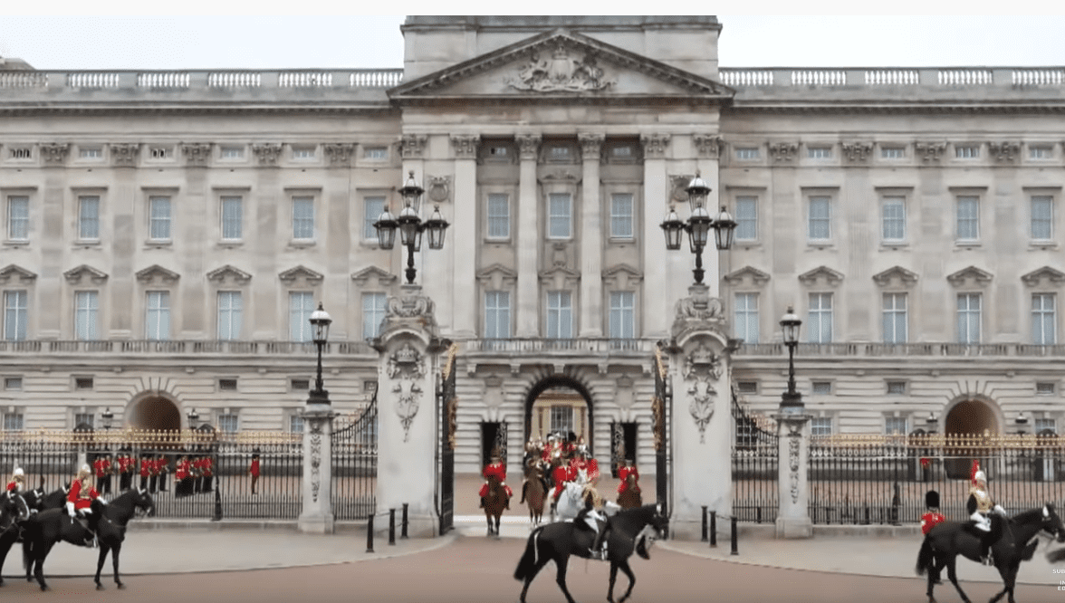 Buckingham Palace, Londres, Angleterre. | Image: YouTube / Inside Edition