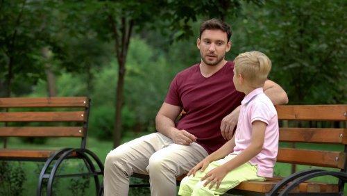 Conversation entre père et fils au parc | Photo : shutterstock