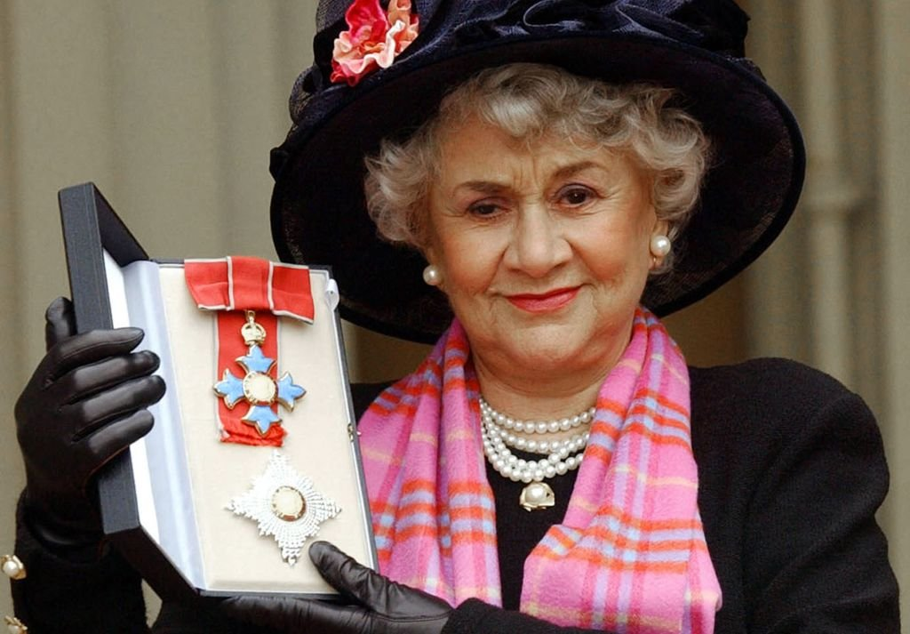 Joan Plowright being made a Dame by the Prince Of Wales at Buckingham Palace in London on February 20, 2004. | Photo: Getty Images
