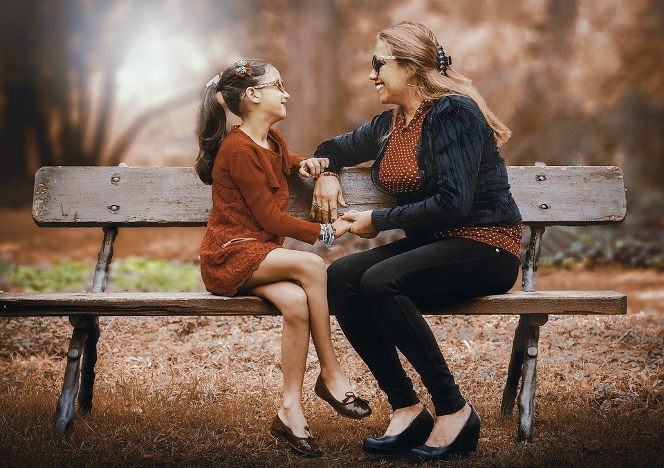 Madre e hija sentadas en parque. | Imagen: Pixabay