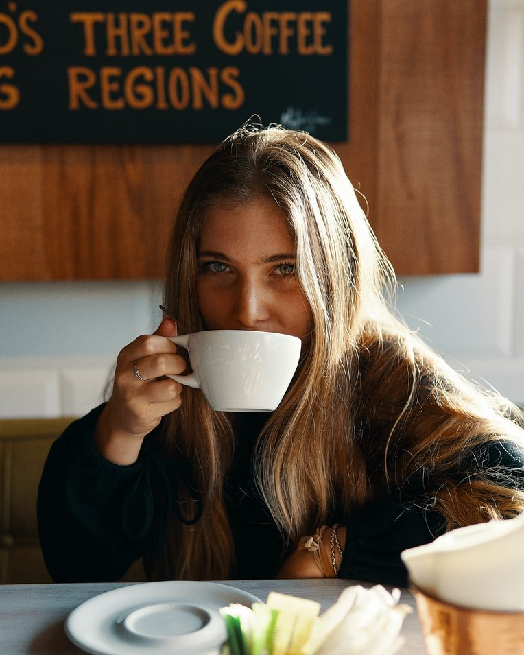 Roger bought the girl some food and a cup of coffee | Source: Unsplash