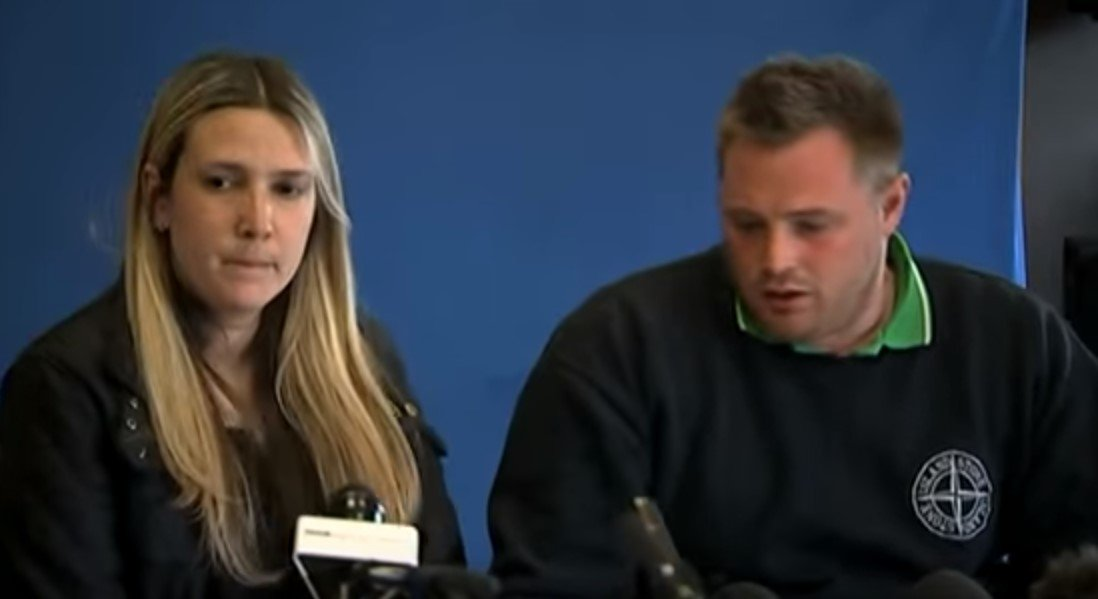 Amber's mum, Kelly Peat and stepfather, Danny Peat at a press conference pleading for Amber to return. | Photo: YouTube/5News