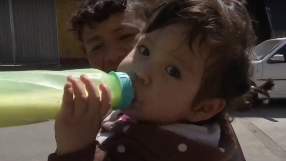 Baby aus der KiTa mit Flasche | Quelle: YouTube/Primer Impacto