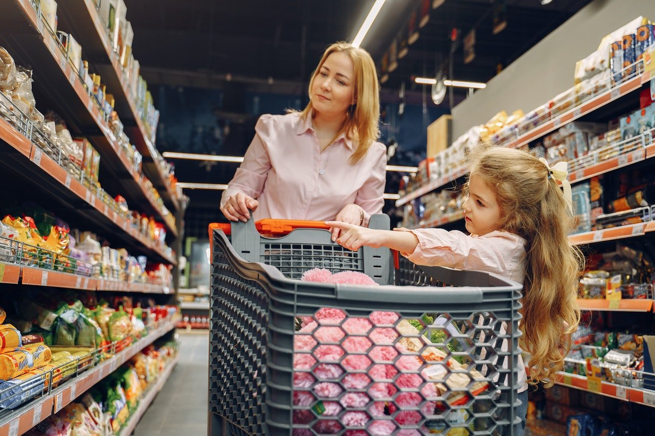 Woman and daughter shopping in a large store |  Photo: Pexels