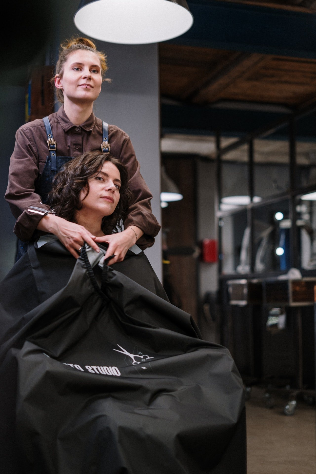 Hairdresser working on woman's hair | Photo: Pexels