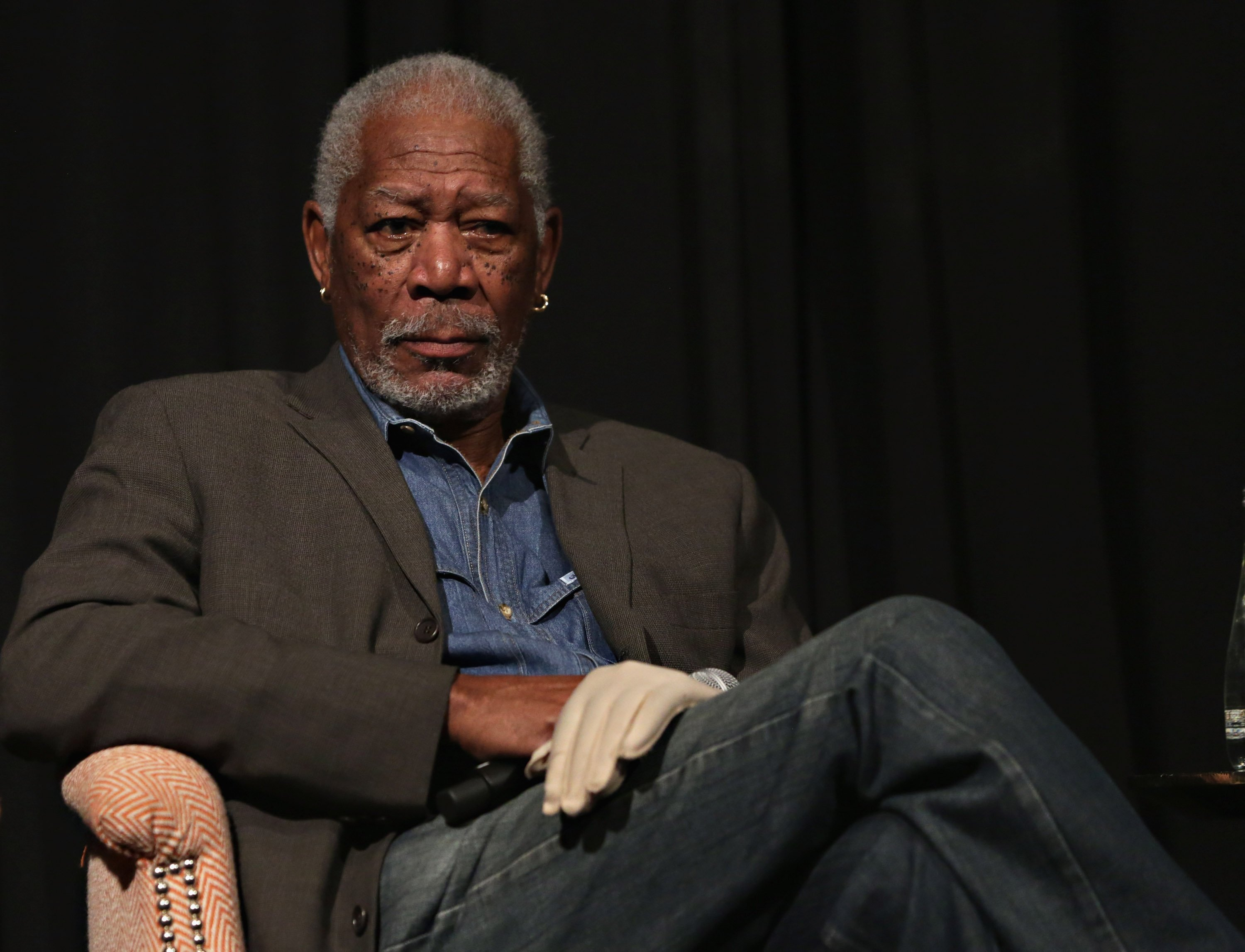 Morgan Freeman assis | Getty Images/ Global Images Ukraine