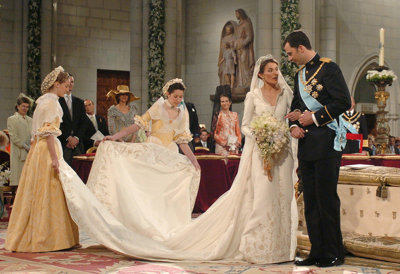 Felipe de Borbón, príncipe heredero de España, de pie junto a su novia Letizia Ortiz el día de su boda en la catedral de Almudena el 22 de mayo de 2004 || Fuente: Getty Images