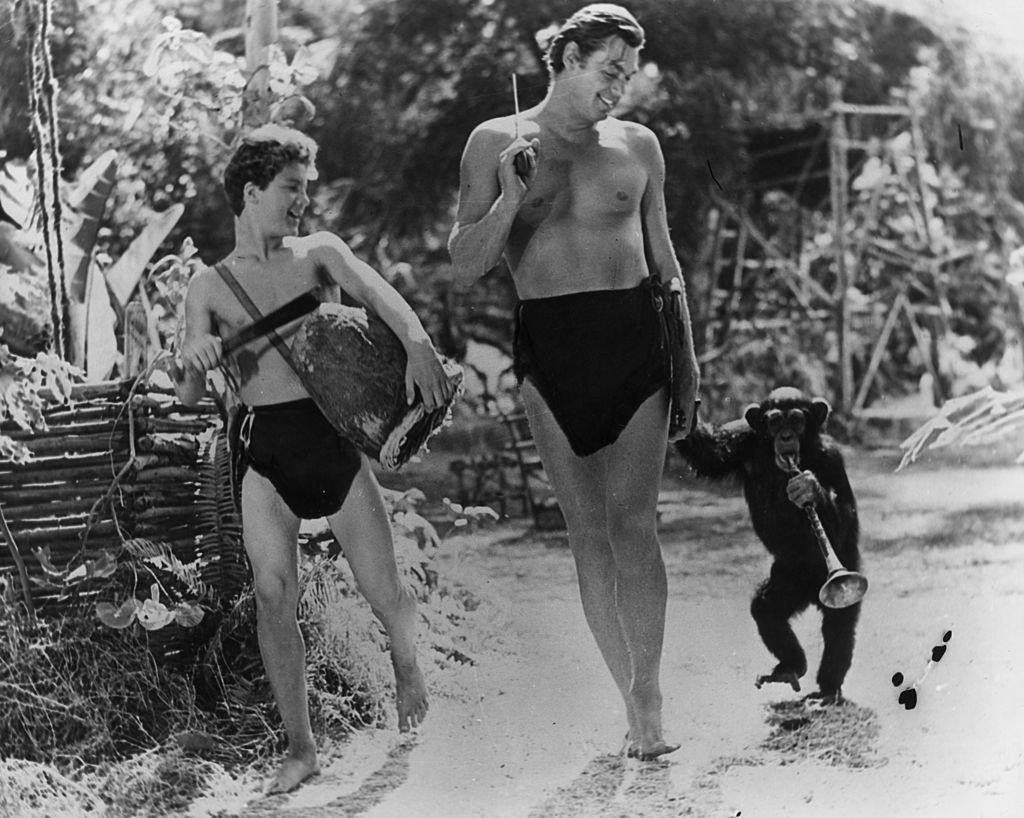 Johnny Weissmuller como Tarzán junto a Johnny Sheffield  como Boy y el chimpancé 'Cheetah'. | Foto: Getty Images