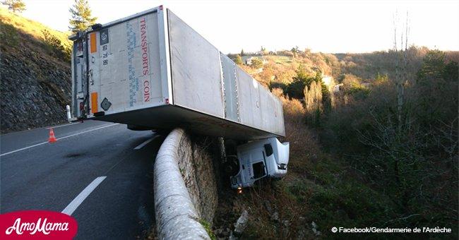 Ardèche: Images terrifiantes d'un camion suspendu dans le vide, un conducteur indemne