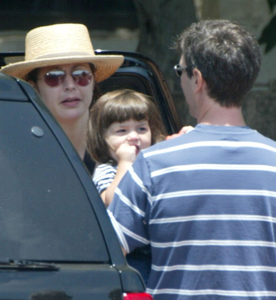 Actress Jane Leeves prepares to put her baby, Isabella, into the car with her husband, Marshall Coben, during a day out at the Malibu Country Mart. | Photo: Getty Images
