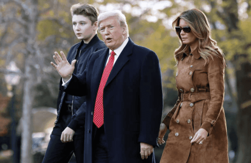 Le président Donald Trump, Melania Trump, et leur fils, Barron Trump, font signe de traverser la pelouse sud avant de monter à bord du Marine One, le 26 novembre 2019 à Washington, DC | Source: Photo de Chip Somodevilla / Getty Images