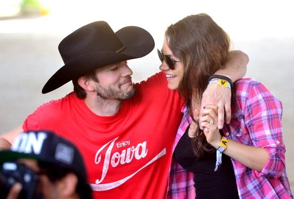 Ashton Kutcher und Mila Kunis, Tag 1 Stagecoach California's Country Music Festival, Indio, 2014 | Quelle: Getty Images