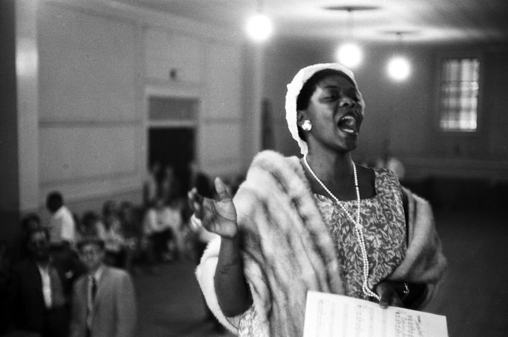 Jazz singer Dinah Washington sings at a church service the weekend of the American Jazz Festival (later renamed the Newport Jazz Festival) in July 1958  | Photo: Getty Images