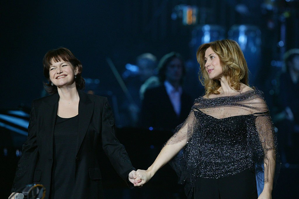 Maurane et Lara Fabian se produisent sur scène lors des French Music Awards 2003 à Paris. | Photo : Getty Images