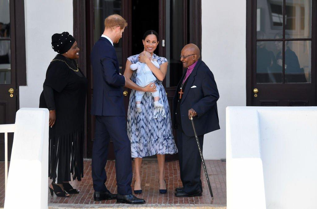 Le prince Harry, Meghan et Archie rencontrent l'archevêque Desmond Tutu. | Source : Getty Images