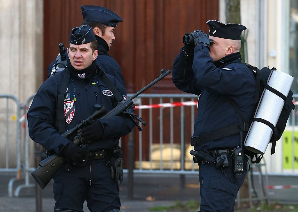 Des policiers en état d'alerte. I photo : Getty Images
