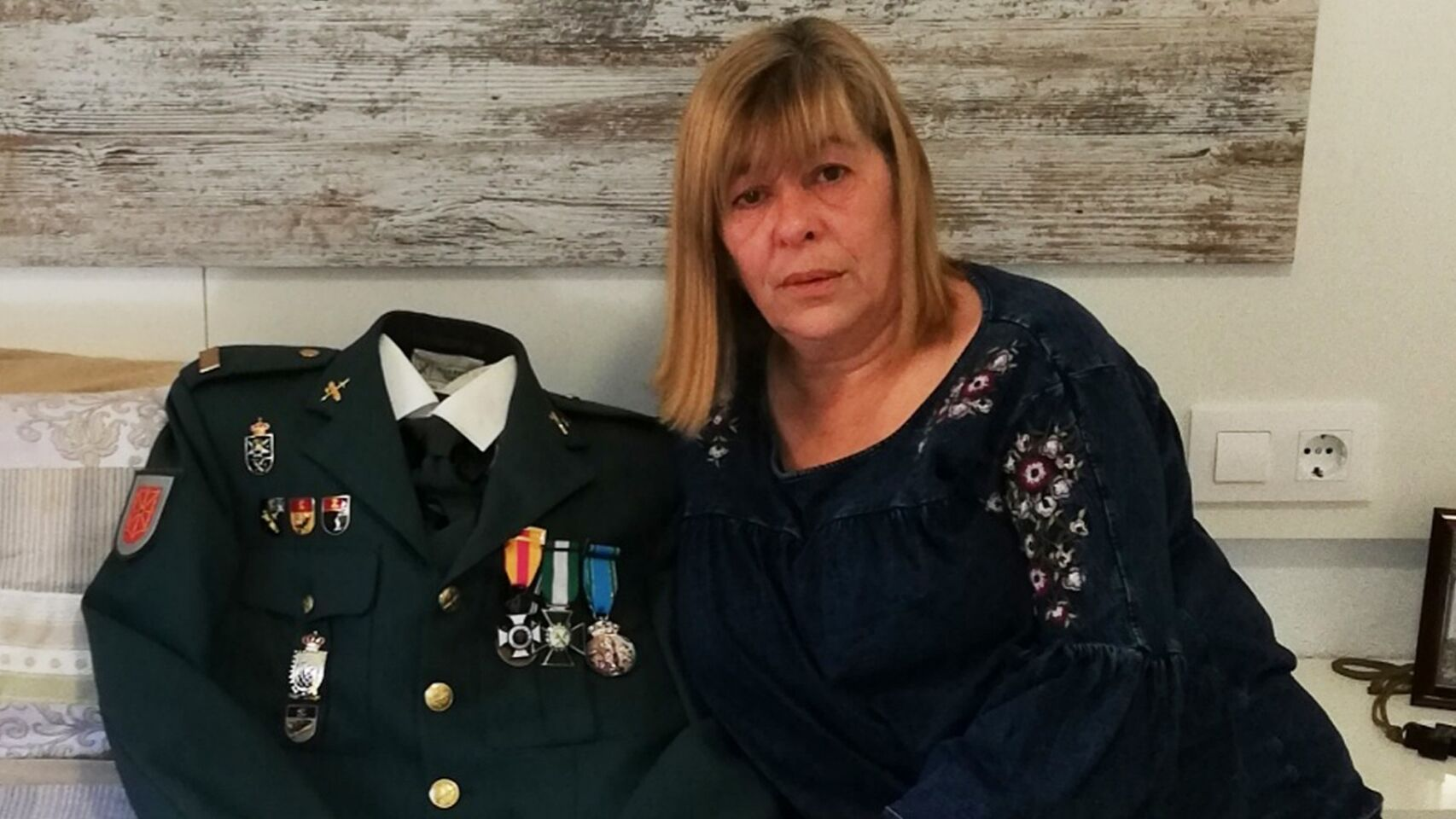 Rosa María Domínguez junto al uniforme de su difunto esposo | Foto: YouTube/NoticiasdeLara