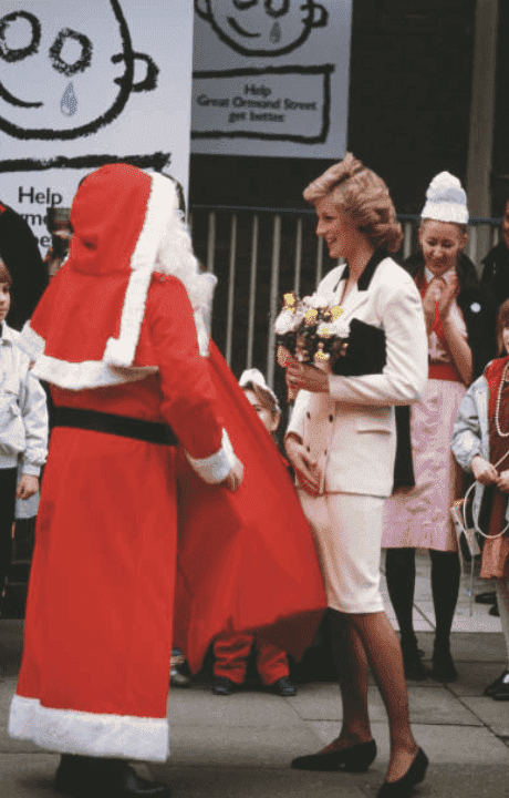La princesse Diana parle à des patients lors d'une visite au Great Ormond Street Hospital, le 3 décembre 1987, Londres, Angleterre | Source: Jayne Fincher / Archives de la princesse Diana / Getty Images