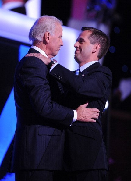 Joe Biden embraces his son, Beau, before his speech to the Democratic National Convention in Denver, Colorado, Wednesday, August 27, 2008 | Photo: Getty Images
