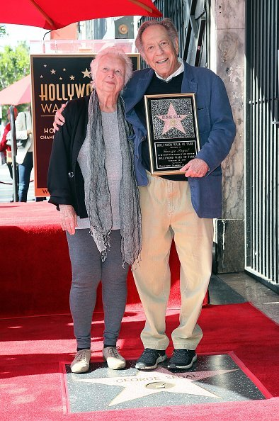 George Segal and wife Sonia Schultz Greenbaum at the Hollywood Walk of Fame on February 14, 2017 | Photo: Getty Images