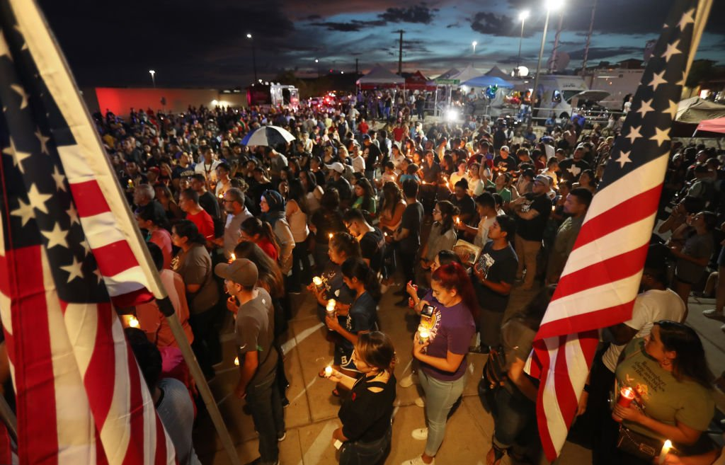 Las personas asisten a una vigilia a la luz de las velas en honor a las víctimas de un tiroteo masivo el 7 de agosto de 2019.   Foto: Getty Images