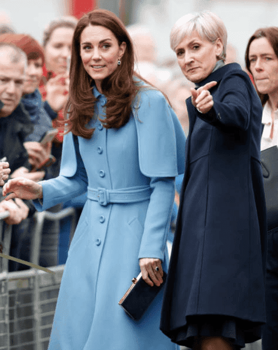 Kate Middleton observe le film alors qu'elle est guidée par la secrétaire privée Catherine Quinn lors d'une visite à CineMagic au Braid Arts Center le 28 février 2019 | Source: Getty Images (Photo de Samir Hussein / Samir Hussein / WireImage)