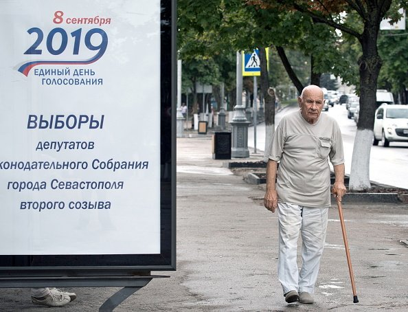 An elderly man walking on the street. | Photo: Getty Images.
