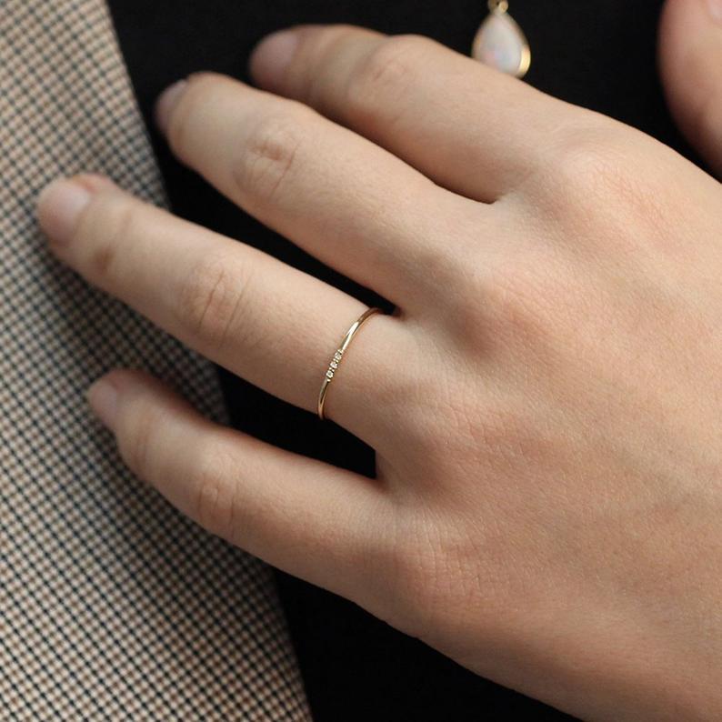 Un anneau de mariage minimaliste de JSVConcepts en or | Photo : Etsy.com
