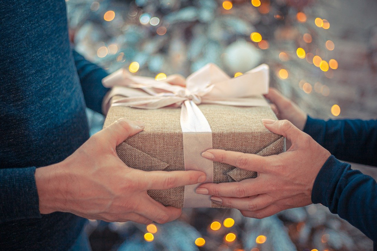 A Christmas present being handed over. | Photo: Pixabay