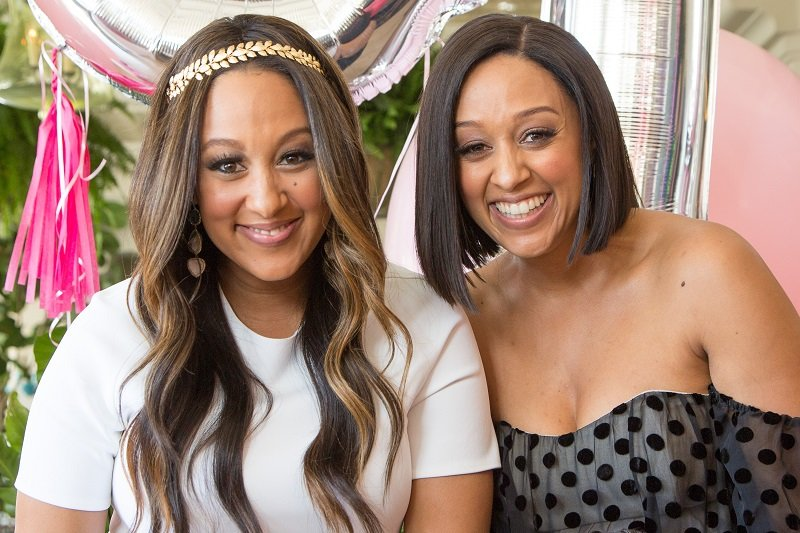 Tia and Tamera Mowry on April 4, 2015 in Santa Monica, California | Photo: Getty Images