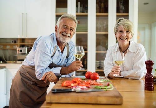 Pareja de ancianos disfrutando de una copa de vino. Fuente: Pixabay