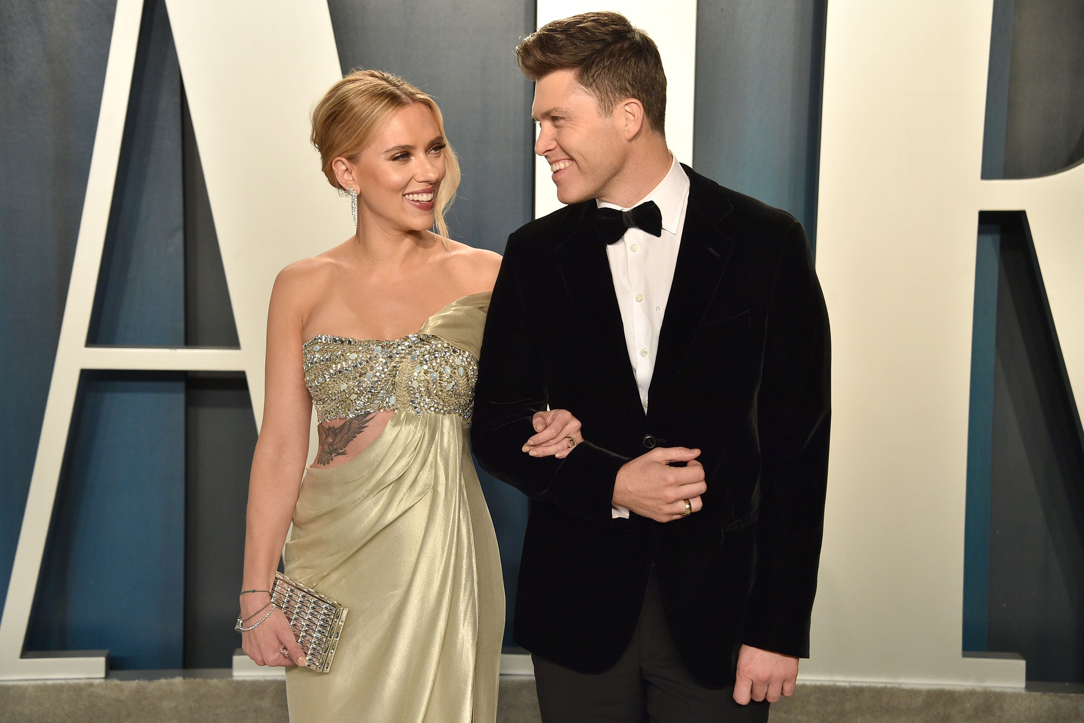 Scarlett Johansson and Colin Jost attend the 2020 Vanity Fair Oscar Party at Wallis Annenberg Center for the Performing Arts on February 09, 2020 in Beverly Hills, California | Photo: Getty Images