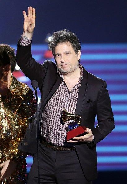 Andrés Calamaro acepta la Mejor Canción de Rock por 'La Noche' en el escenario en la Ceremonia de estreno durante la 18a Entrega Anual del Latin Grammy en el Mandalay Bay Convention Center el 16 de noviembre de 2017 en Las Vegas, Nevada. | Fuente: Getty Images