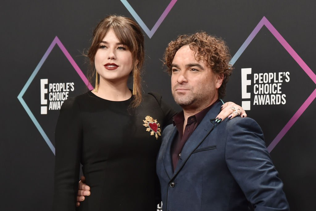 Alaina Meyer and Johnny Galecki arrive at E! People's Choice Awards at Barker Hangar on November 11, 2018 in Santa Monica, California. | Photo: Getty Images