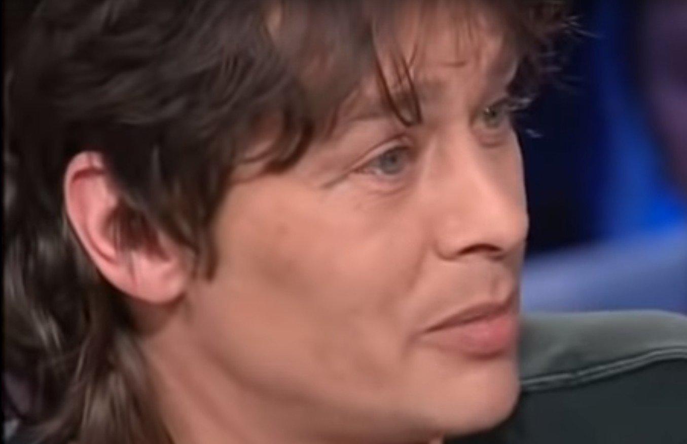 """Ari Boulogne lors de son passage dans """"Tout le monde en parle"""" en 2001. l Source : YouTube/Jessica Ecker"""