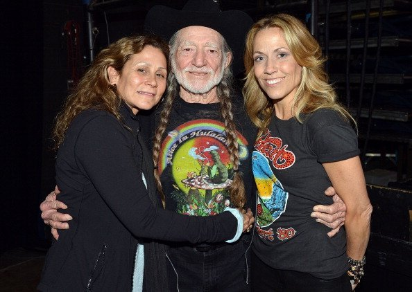 Annie D'Angelo, Willie Nelson, and Sheryl Crow backstage during Keith Urban's Fourth annual We're All For The Hall benefit concert at Bridgestone Arena on April 16, 2013, in Nashville, Tennessee. | Source: Getty Images.