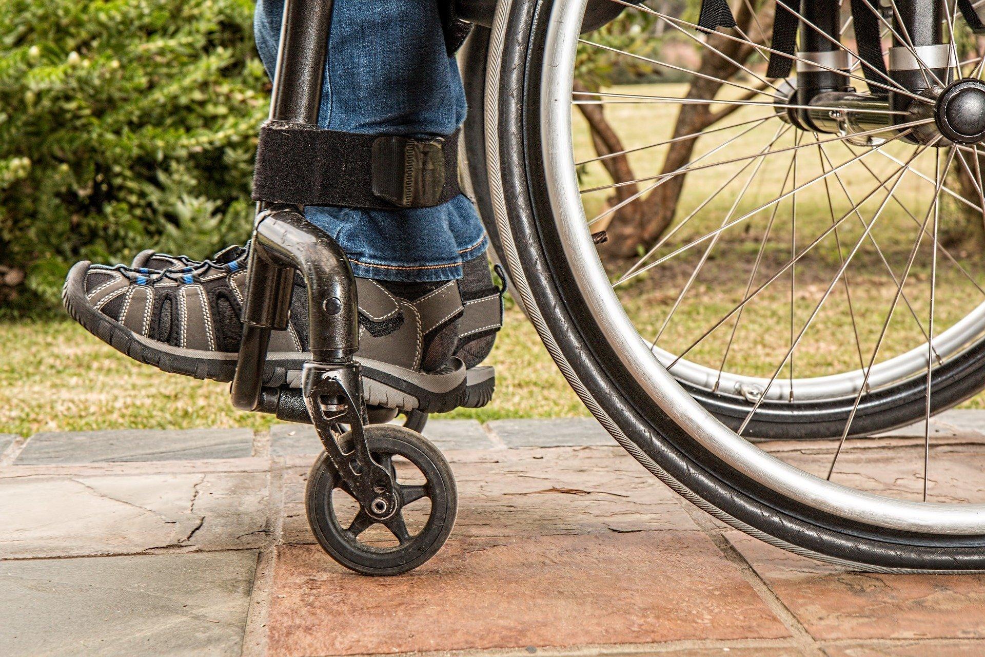 Piernas de hombre discapacitado en silla de ruedas. Fuente: Pixabay