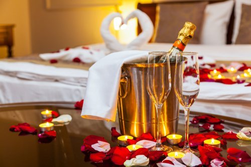 The honeymoon suite in a hotel. | Source: Shutterstock.