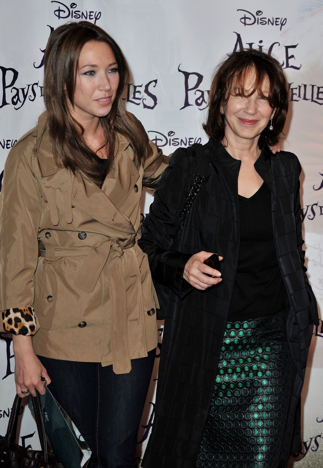 Laura Smet arrive avec sa mère Nathalie Baye au Théâtre Mogador le 15 mars 2010 à Paris, France.  | Photo : Getty Images