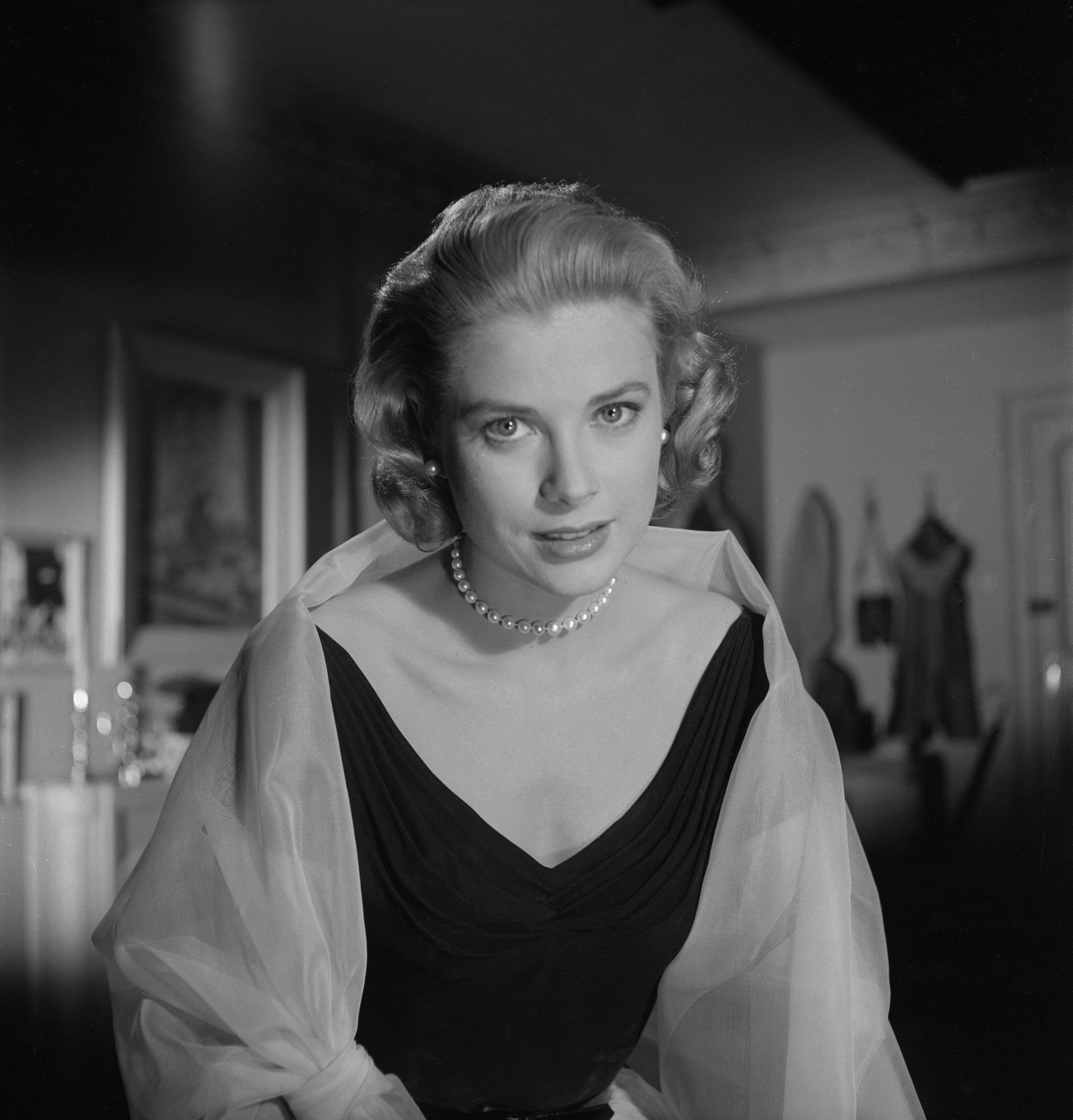 Grace Kelly on the set of the Paramount Pictures movie 'Rear Window' in November 1953 | Photo: Getty Images
