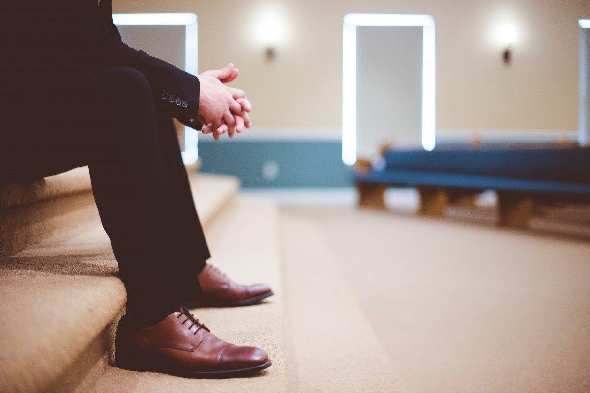 Hombre sentado en sala de espera. | Imagen: PxHere