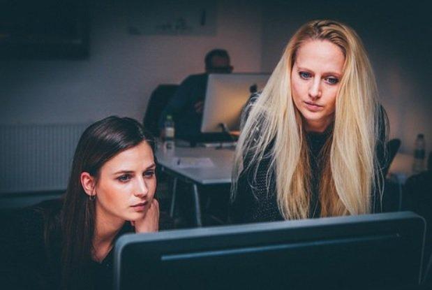 Compañeras de trabajo.| Imagen tomada de: Pixabay